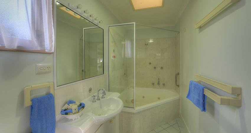Waterfront Spa 2 Bedroom Bathroom Batemans Bay Riverside Holiday Park